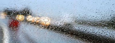 gocce di pioggia su strada bagnata